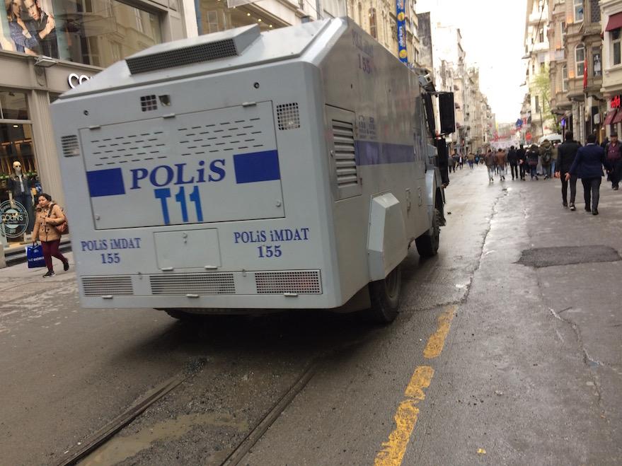 Blindato della polizia in Istiklal Caddesi