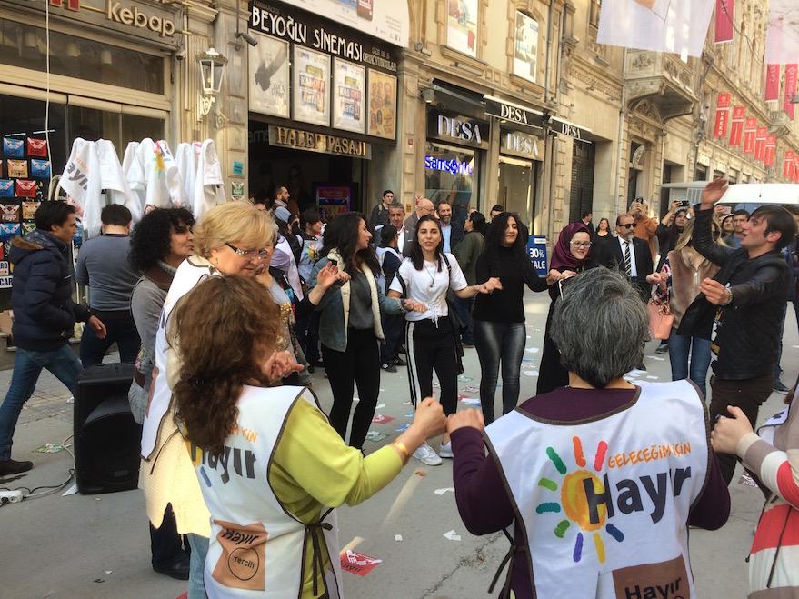 Istanbul, Istiklal Caddesi: si balla per il no