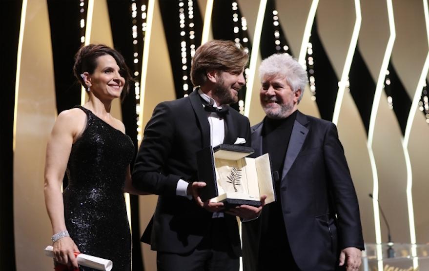 Robert Ostludn (al centro), vincitori della Palma per The Square. Con lui Juliette Binoche e il presidente dela giuria Pedro Almodovar. Foto Valéry Hache/AFP. Dal sito del festival di Cannes.