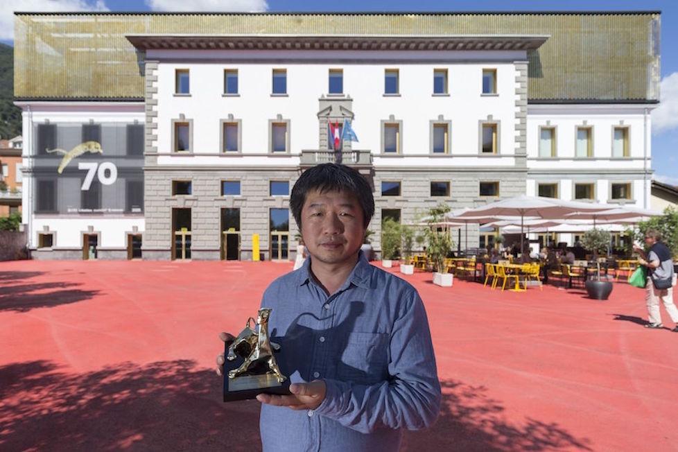 Wang Bing con Pardo (foto Locarno Festival/Massimo Pedrazzini)