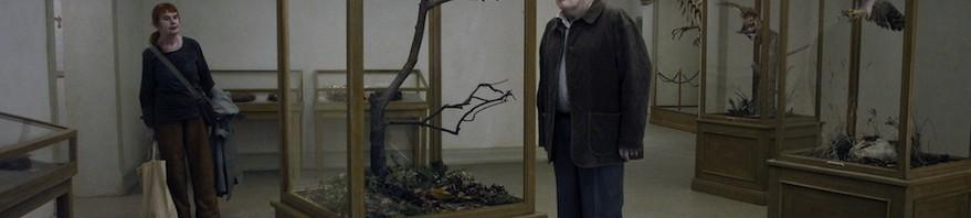 11610-En_duva_satt_pa_en_gren_och_funderade_pa_tillvaron_1-__Roy_Andersson_Filmproduktion_AB